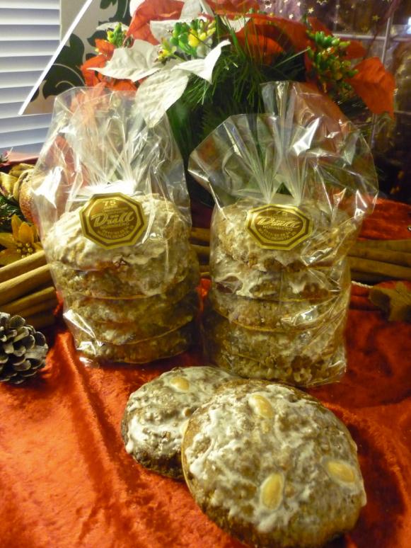 5 Elisen mit Zuckerglasur und Mandeln belegt g.g.A